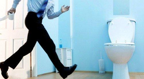 При пиелонефрите помимо частых походов в туалет появляется ноющая боль в области поясницы