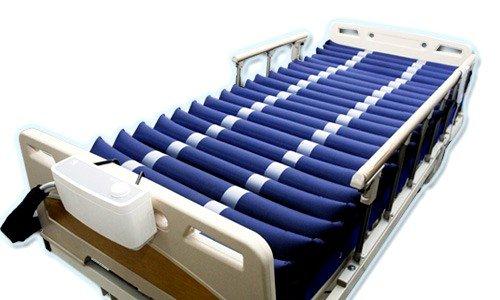 При применении противопролежневого матраса контакт тела с поверхностью кровати происходит не по плоскости, а в многочисленных точках