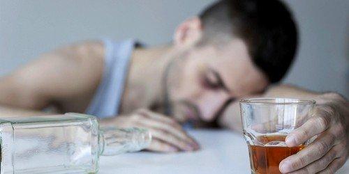 Причиной развития абстинентного синдрома при алкоголизме считается невозможность организма, в частности печени, перерабатывать алкоголь