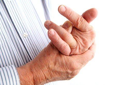 По мере развития болезни возникает деформация суставов