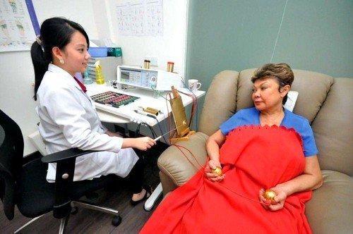 Биорезонатор принимает на себя электромагнитный импульс под действием пластин, которые встроены в аппарат биорезонансной терапии