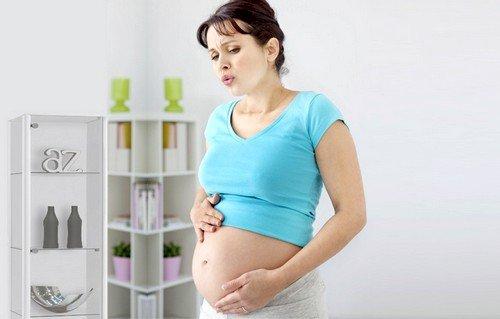 Проявление аппендицита у женщин во время беременности имеет определенную специфику, связанную со смещением органов брюшной полости при росте плода и расширении матки