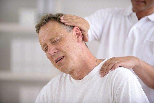 Если боли в шее усиливаются, то необходимо посетить терапевта