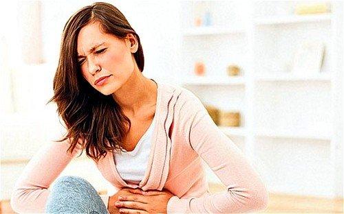 Симптоматика кисты начинает проявлять себя только после того, как она достигнет больших размеров в минимум 15 см
