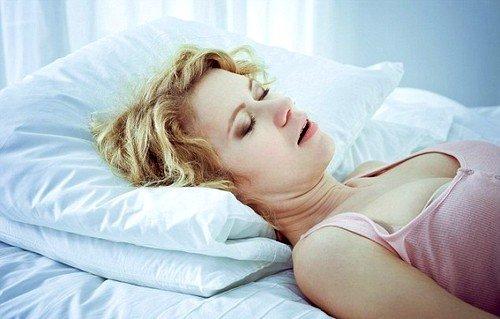 Если женщина храпит во сне и у нее периодически останавливается дыхание, это свидетельствует о регулярном нарушении ритма дыхательной системы