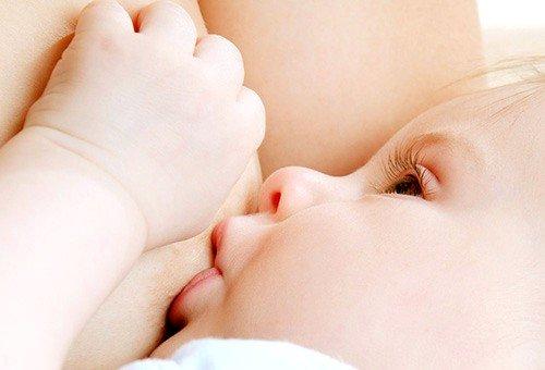 Часто малыш не может вытянуть язык на достаточное расстояние, вследствие чего происходит неправильный захват груди