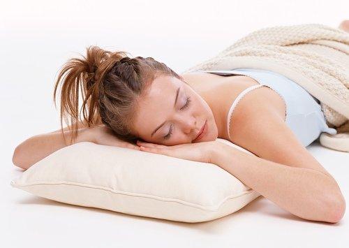 Для сна на животе выбирайте мягкую невысокую подушку