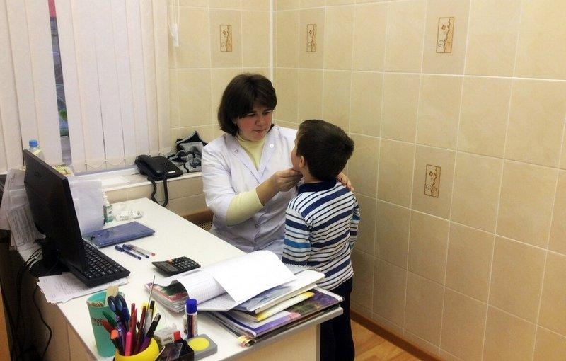 При возможном возникновении заболевания проводятся ежедневные осмотры детей медиками