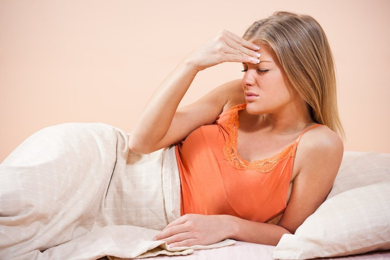 Первое время человек не ощущает себя больным, но после того, как инкубационный период закончится, появляется сыпь и высокая температура