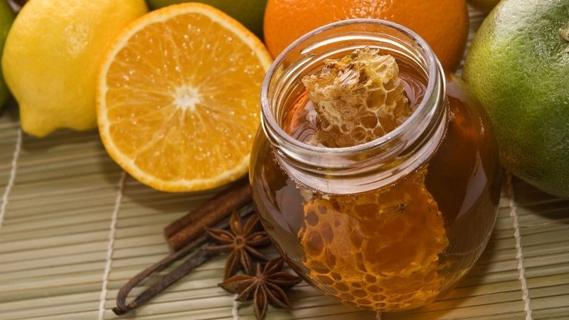 Одна из лучших витаминных смесей состоит из меда и лимонного сока