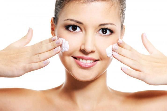 При помощи мази и крема можно обрабатывать кожные покровы тела, которые поражены сыпью