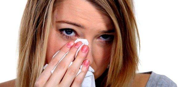 При аллергии сильно краснеют глаза, начинается кровотечение, а также отмечается сильный зуд