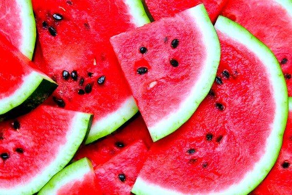 Аллергическая реакция возникает наиболее часто на вредные компоненты, которыми обрабатывается ягода для более быстрого роста и созревания