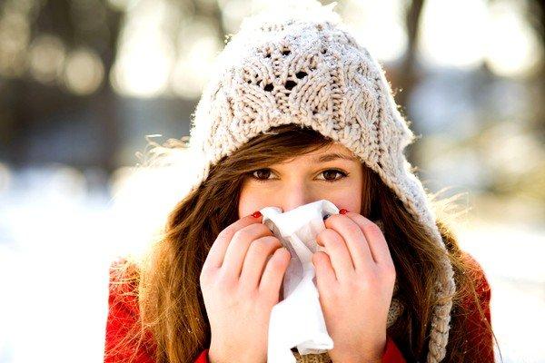 Аллергия на холод проявляется в основном в виде крапивницы или покраснения на участках кожи, которые подвергаются воздействию холода