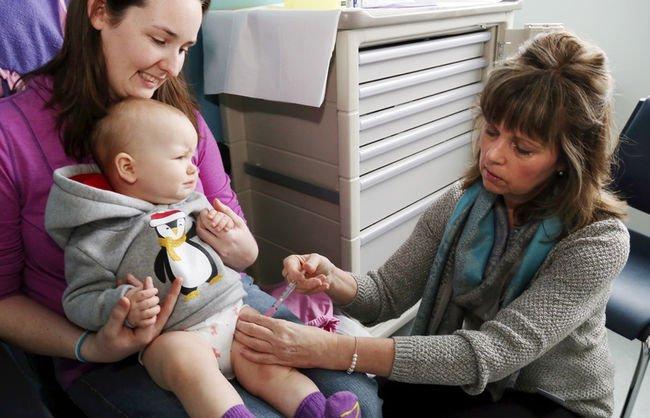 Если у младенца имеются слабые признаки заболевания, то можно делать прививку при наличии пищевой аллергии, только за несколько дней начинают принимать антигистаминные препараты