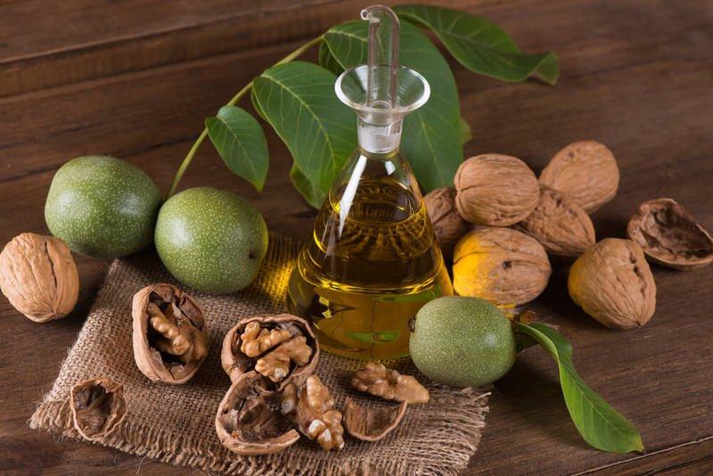 Настойку из грецкого ореха принимают по 25 капель 3 раза в день