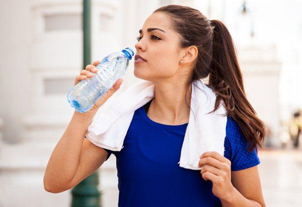 В период повышенной чувствительности к аллергенам врачи советуют пациентам употреблять достаточное количество негазированной воды