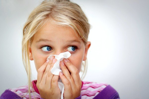 При аллергии из носа выделяется жидкость прозрачного цвета, носовое дыхание затруднено