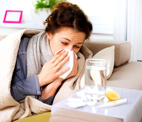 Обычная простуда длится около недели, а аллергия сопровождает больного в течение более длительного периода времени