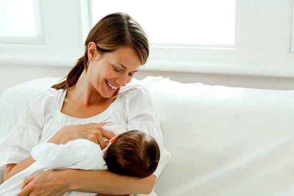 При появлении аллергической сыпи у младенца в любом возрасте маме следует изучить весь список продуктов, которые способны вызвать аллергию у человека