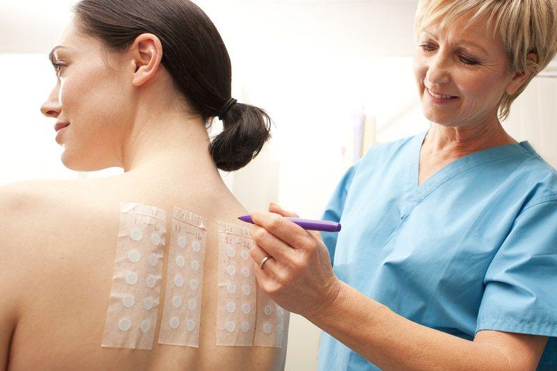 Врач-аллерголог определяет причину аллергии, проводя кожные пробы