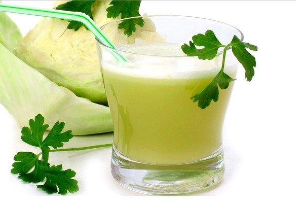 Прекрасным отхаркивающим средством будет капустный сок с натуральным мёдом