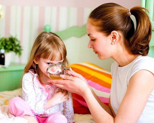 Для быстрого избавления от приступа сухого свистящего кашля необходимо дать больному теплое питье