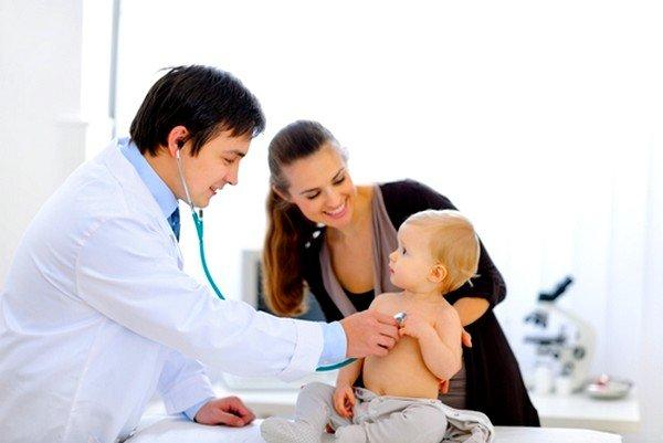 При появлении первичного свистящего кашля у ребенка без температуры в виде приступов, необходимо сразу вести ребенка к врачу