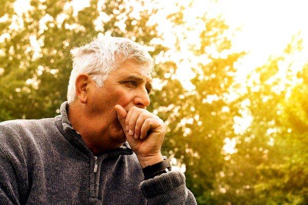 В большинстве случаев кашель бывает сухой и отрывистый