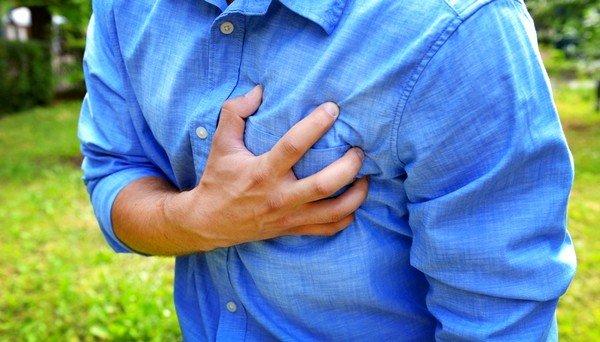 Боли в грудной клетке - один из признаков ревматической лихорадки