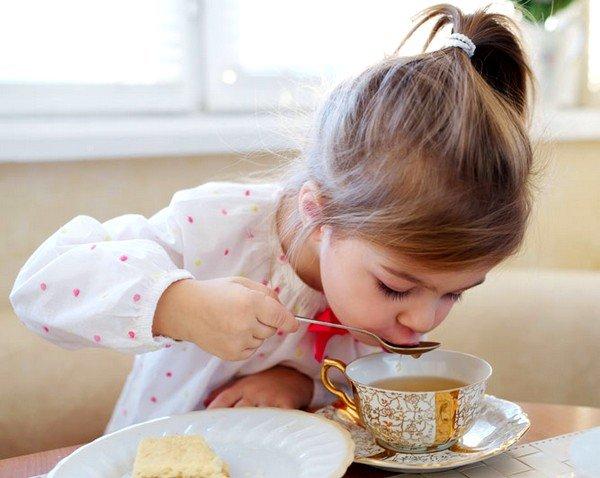 Тёплый чай с имбирём отлично помогает при простуде и кашле у ребёнка