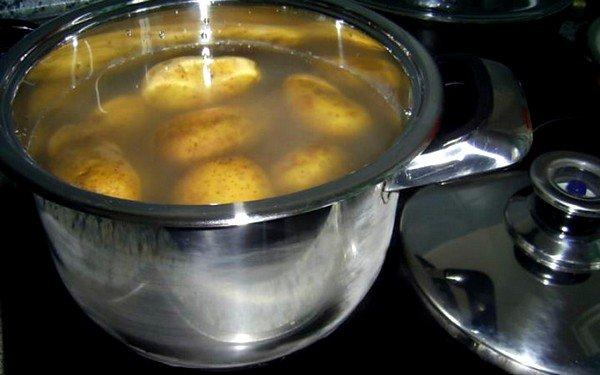 Одним из самых качественных способов проведения ингаляции является процедура с использованием картофеля