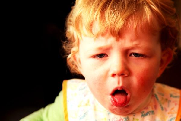 В случае, когда ребенок кашляет практически без остановки, его нужно срочно вести к врачу