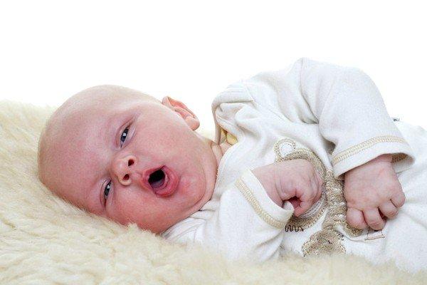 У детей основной причиной возникновения приступа кашля во время приема пищи является попадание частиц грубой еды в дыхательные пути