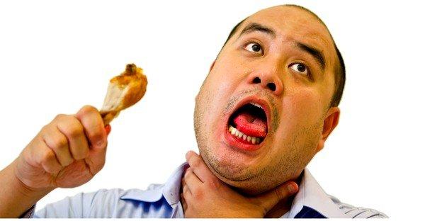 Кашель во время еды может возникнуть у любого человека, вне зависимости от возраста и состояния здоровья