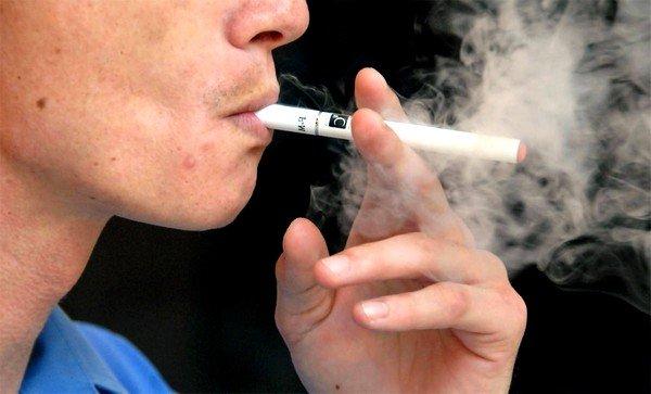 Курение может спровоцировать кашель