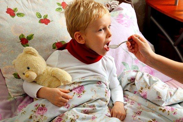 Применение детям при кашле настойки прополиса с молоком окажет хороший лечебный эффект при бронхите и тонзиллите