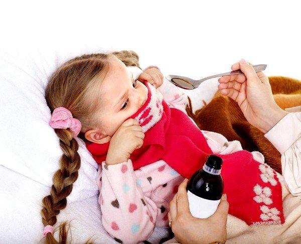 Отхаркивающие препараты для маленьких детей выпускаются в сиропах, что облегчает их прием