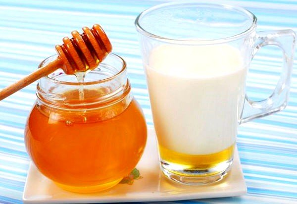 Тёплое молоко с мёдом помогает при кашле