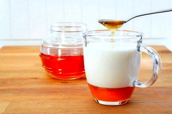 Лечебный состав из молока, соды и меда эффективен при сухом кашле