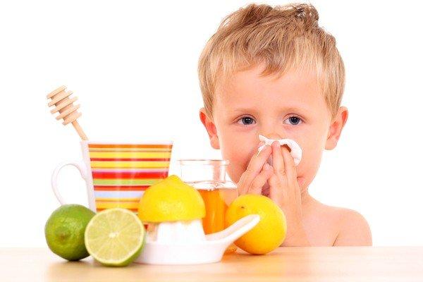 Одной из причин сухого кашля в ночное время у детей становится насморк