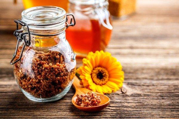 Настойку прополиса можно добавлять в чай или воду