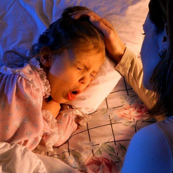 Если кашель у ребенка проявился ночью, то облегчить приступ можно с помощью питья