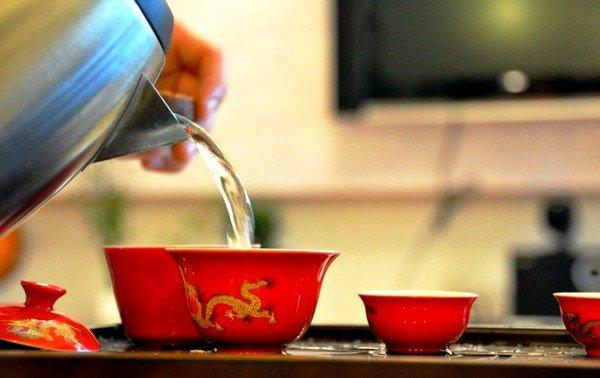 Легче всего избавиться от неприятных ощущений следующим образом: пить достаточное количество тёплой жидкости