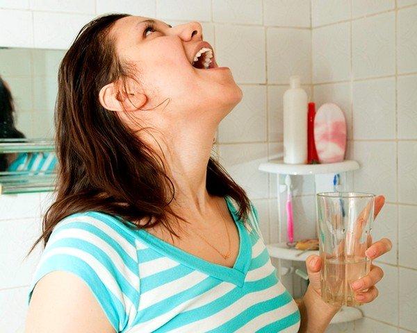 При першении в горле полезно полоскание водой с уксусом