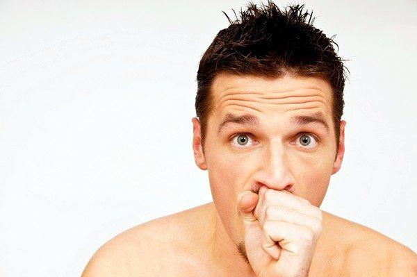 Кашель после ангины может сопровождаться такими симптомами, как головные боли, отек шеи и гортани, усталость и общая слабость
