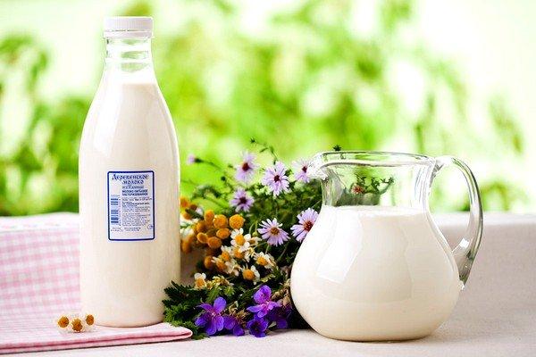 Смесь настойки и молока обладает успокаивающим эффектом и устраняет бактерии в ротовой полости и горле