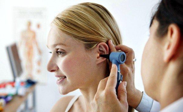 Причиной сухого кашля при разговоре может быть наличие серных пробок в ушном проходе