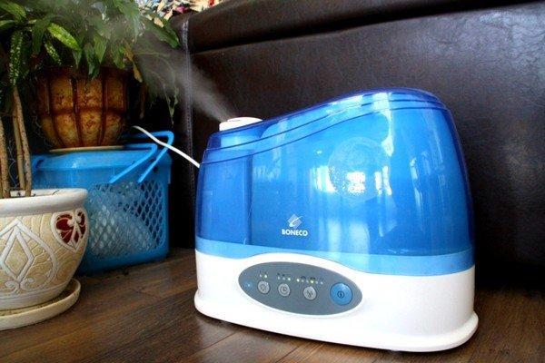 К дополнительным мерам, позволяющим избавиться от такой проблемы, как приступы кашля, нужно отнести увлажнение воздуха в помещении