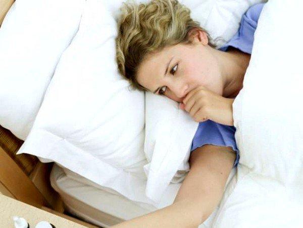 Кашель горлового типа проявляется в виде лающих и сухих приступов